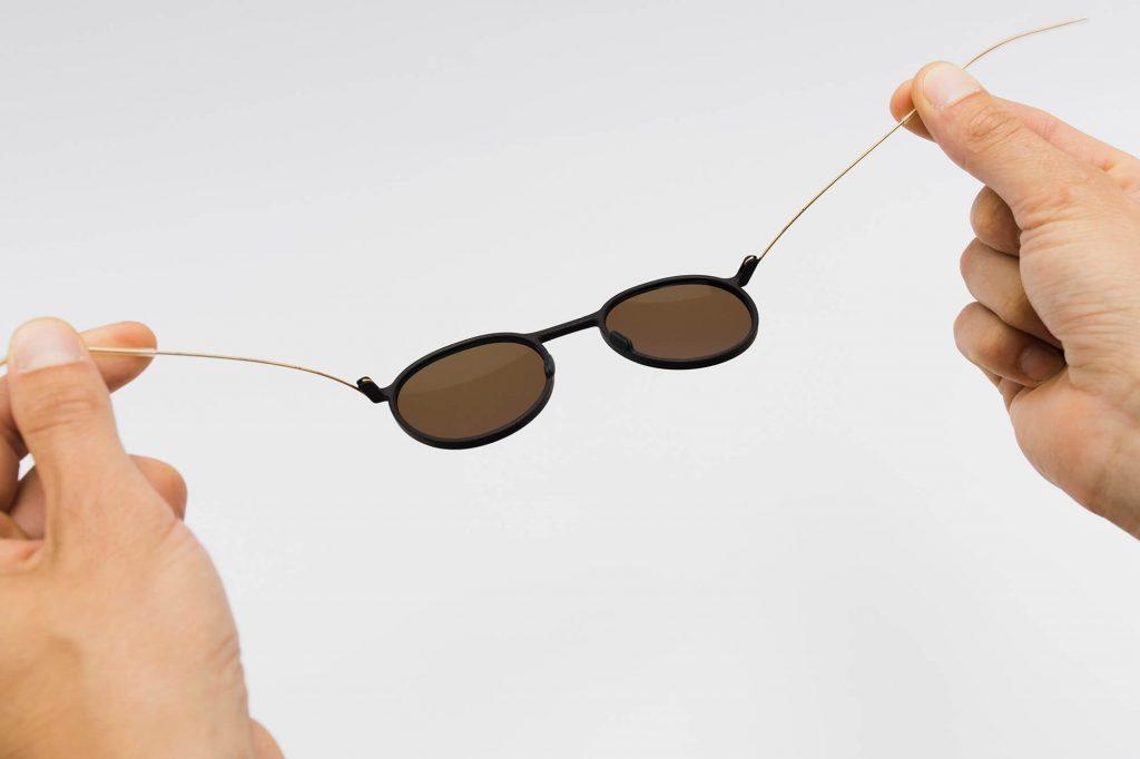 Brille von Annu ist sehr flexibel.